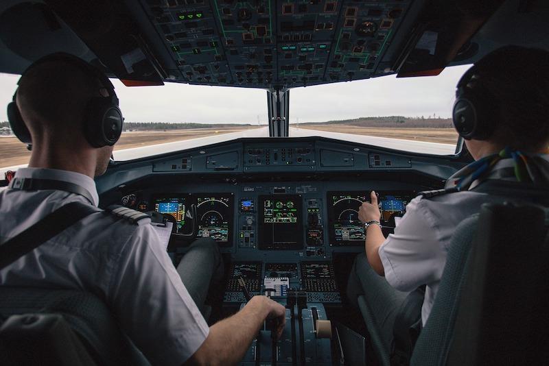 pilotes d'avion en chemisettes