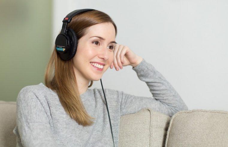 jeune femme qui écoute un livre audio