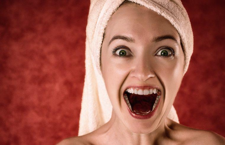 femme montrant ses dents