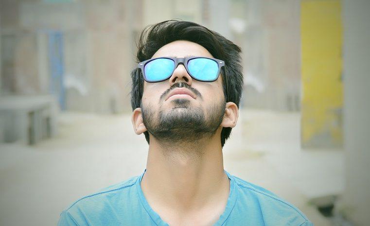 jeune homme avec des lunettes bleues